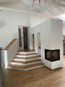Kamin und Treppe als Teilung unterschiedlicher Wohnbereiche