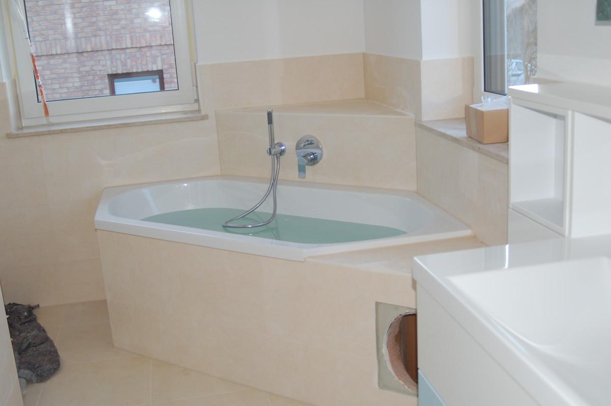 Badewanne mit in der Ablage integriertem Wäscheabwurf