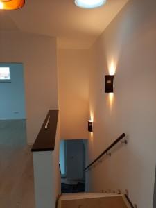 ... und Wandlampen in Farbe und Design passend