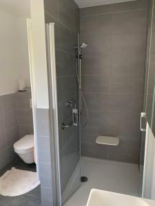Duschplatz mit Klappsitz und als Haltestange geeignete Duschstange