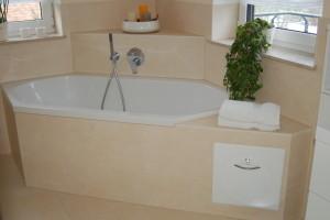 Badewanne mit intergriertem Wäscheabwurf