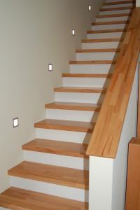 Betontreppe mit Holzbelag und Beleuchtung