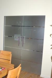Glasschiebetür in der Wand laufend