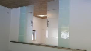 Glasschiebetür vor der Wand laufend