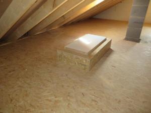 Spitzboden mit OSB-Platten belegt, Bodeneinschubtreppe mit geschlossenem Oberdeckel