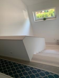 Stahlbetonfertigteil-Podesttreppe mit Holzbelag