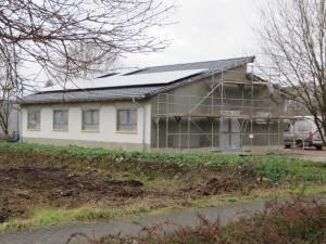 Dach mit Photovoltaik, Fassade mit Unterputz