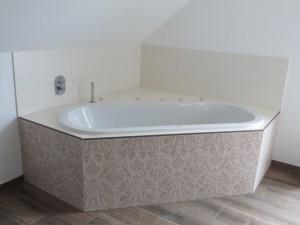 Badewanne über Eck eingebaut