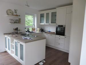 Küche in U-Form, teilweise freistehend