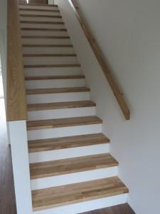 Betontreppe mit Trittstufen aus Holz