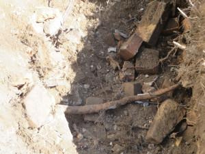Ziegelreste und Bauschutt künden von einstiger Bebauung