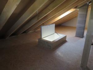 Bodeneinschubtreppe mit doppeltem Lukendeckel für verbesserte Wärmedämmung, Spitzboden komplett mit OSB-Platten belegt