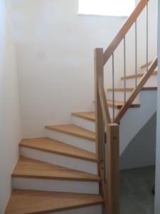 Kellertreppe als Betonfertigteil mit Holztrittstufen