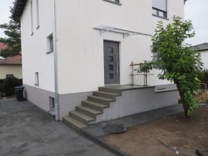 Eingangstreppe mit rückseitigem Kellerabgang