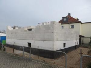 der erdberührte Teil des Kellers mit zusätzlicher Abdichtung / Erdgeschossmauerwerk aus Porenbeton
