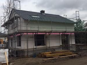Das Dach ist gedeckt und das Dachflächenfenster eingebaut.
