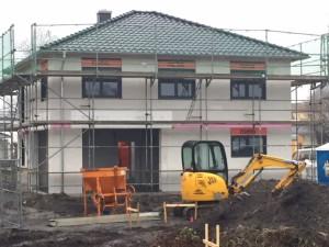 Abschluss Dachdeckerarbeiten / Fenstereinbau, Stellen des Fassadengerüstes