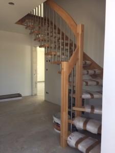 moderen Holztreppe mit Edelstahl kombiniert (noch mit Trittschutz)