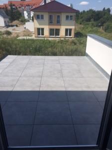 Verlegung von großformatigen Fliesen im Balkonbereich