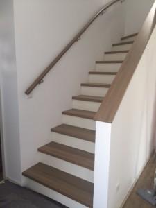 Betontreppe mit Trittstufen, Handlauf und Brüstungsabdeckung aus Holz