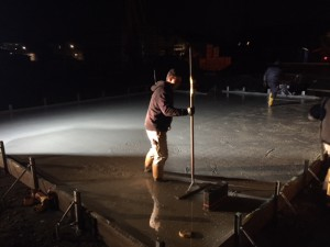 Fertigstellung Bodenplatte bei Flutlicht