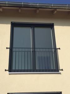 Absturzsicherung / Brüstungsgeländer an bodentiefen Fensterelementen im Obergeschoss