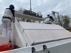 Montage der Dachplatten mit 2 Personen + Kranführer