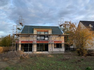 Dacheindeckung, Abblechung und Fenstereinbau abgeschlossen