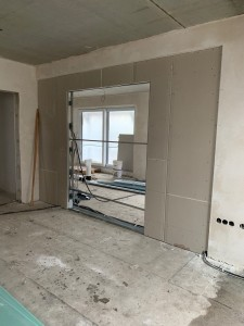Trockenbauarbeiten für eine in der Wand laufende Doppelglasschiebetür