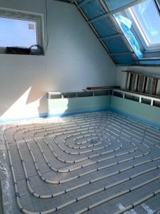 Verlegung Fußbodenheizung im Bad Dachgeschoss