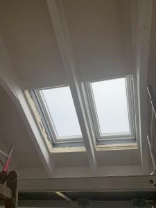 Einbau der elektrischen Dachfenster mit Satinato-Verglasung über dem Küchenbereich