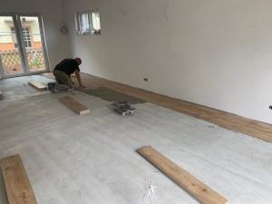 Fliesenlegearbeiten im Wohn-Essbereich