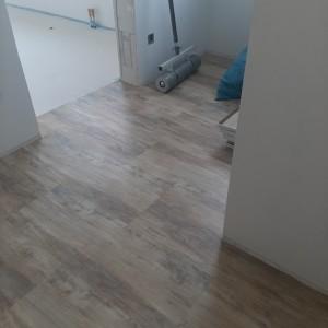 Bodenbelagsarbeiten: Verlegung von PVC-Planken