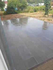 Terrasse mit Plattenbelag fertig gestellt