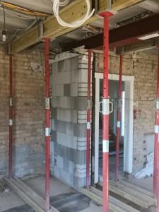 Errichtung der Auflagerwand und Einbau eines Stahlträgers anstelle der alten Innenwand