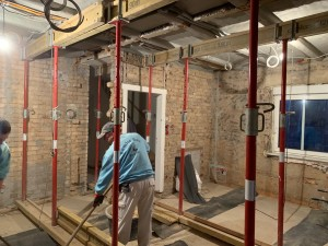 Während der Abbrucharbeiten wird die Decke abgestützt