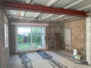 Blick in den Wohnbereich mit moderner Hebe-Schiebe-Tür