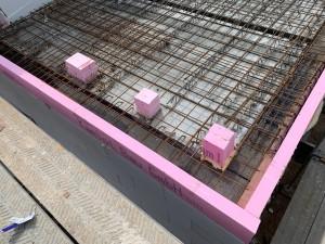 Deckenrandschalung, obere Bewehrungslage und Sicherung der geplanten Durchbrüche
