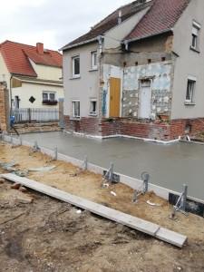 Die Bodenplatte des Anbaus ist betoniert.