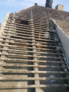 Abdecken der alten Eindeckung: wider Erwarten fehlt die Dämmung der Dachschräge