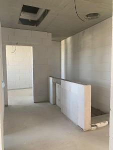 In der Obergeschossdecke die Öffnung für den Tageslichtspot sowie die Bodeneinschubtreppe, in der Brüstungswand ist der Heizkreisverteiler vorgesehen