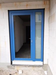 Kundenwunsch: Einbau einer blauen Haustür (vorerst mit Baufüllung)