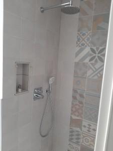 Fertigstellung Fliesenlegerarbeiten und Komplettierung Sanitärausstattung