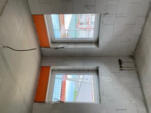 Fenstereinbau und Beginn der Elektroarbeiten