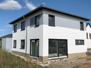 Fassade Gartenseite, ebenfalls mit Fassadenband in grau