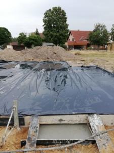 Folienabdeckung der betonierten Bodenplatte