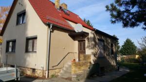Seitenansicht Bestandsgebäude mit altem Hauseingang