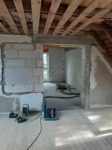 Durchbruch vom Altbau in den Neubau / Schließen des alten Fensters