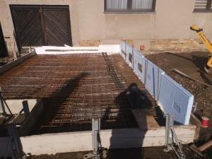 Bodenplatte mit Höhenversatz, Schalung der unteren Platte, Höhenversatz gedämmt mit Perimeterdämmung