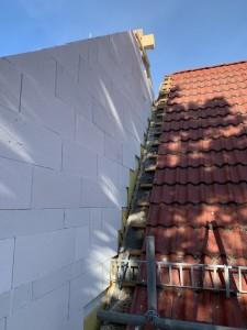 Anschluss zum Bestand mit Trennwandplatten und exakt an den schifen Bestandsgiebel angepasstem Mauerwerk